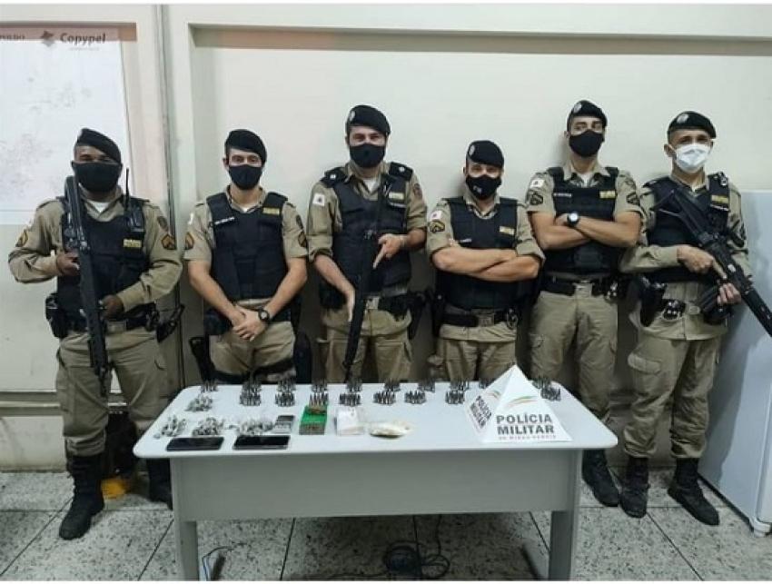 Policia Militar prende dois suspeitos de trafico de drogas e apreende muita droga, embalagens, balança de precisão na Tapera