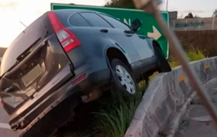 Veiculo é atingido na MG 424 e vai parar na murreta de proteção da rodovia