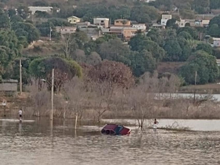 Veiculo cai na Lagoa em Lagoa de Santo Antônio