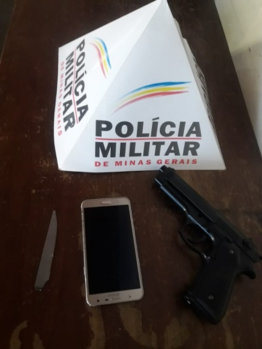 Homem é preso depois de um roubo e policia recupera o Smartphone e  replica de arma de fogo, próximo a Escola Heitor Claudio de Sales.