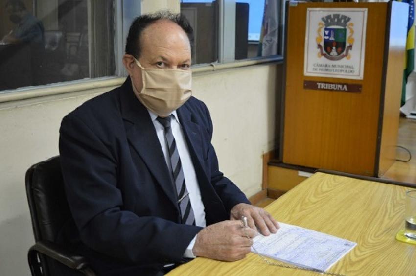 O vereador Geraldo Louro indica gratificação para profissionais da saúde