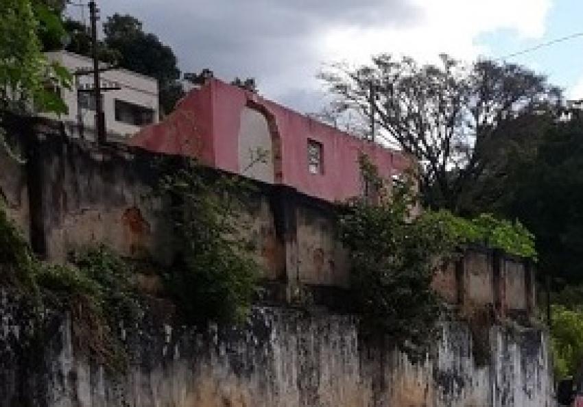 Parede de casa em obra cai em cima de trabalhador no centro de Pedro Leopoldo