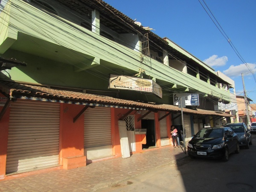 Depois de dias de vazamento de água da Copasa, o prédio da Realiza Modas é interditado pela defesa Civil de Pedro Leopoldo