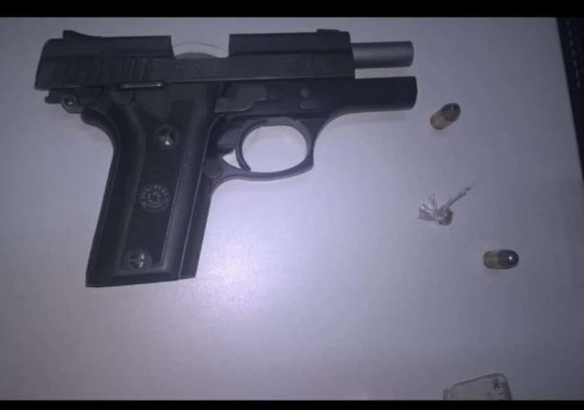 Dois homens foram presos com arma de fogo roubada no Bairro Dom Camilo