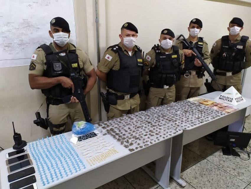 Polícia Militar apreende grande quantidade de drogas e prende autores de tráfico no bairro Santo Antônio