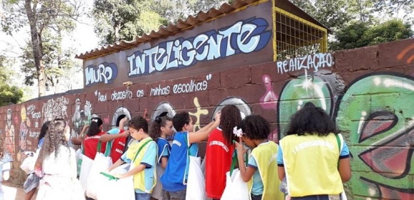 Os guardiões da Reciclagem da escola Municipal Heitor Claudio de Sales, visitam a Escola Isabel Gomes e mostram a importância da reciclagem para o meio ambiente