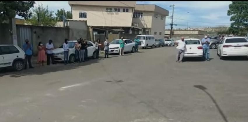 Taxistas fazem carreta em um cortejo fúnebre para homenagear Valdir Ferreira da Silva