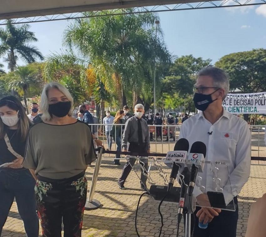 Governador Romeu Zema faz uma coletiva na Praça Chico Xavier