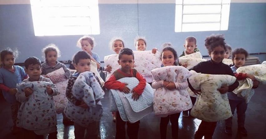 Alunos de escola de tempo integral recebem cobertores da secretária Municipal de Educação