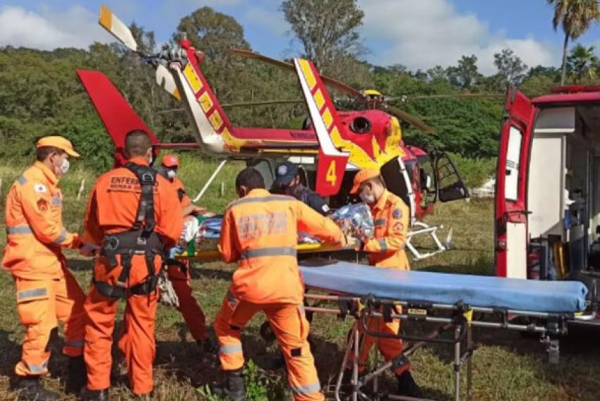 Batida entre moto e carro deixa um homem gravemente ferido na estrada de Santo Antônio da Barra