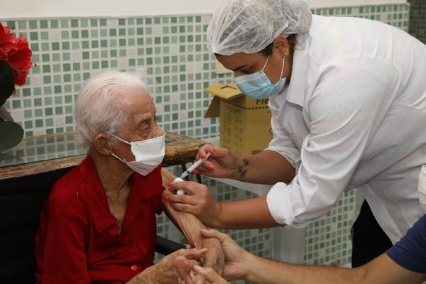 Pedro Leopoldo vacina idosos com mais de 90 anos