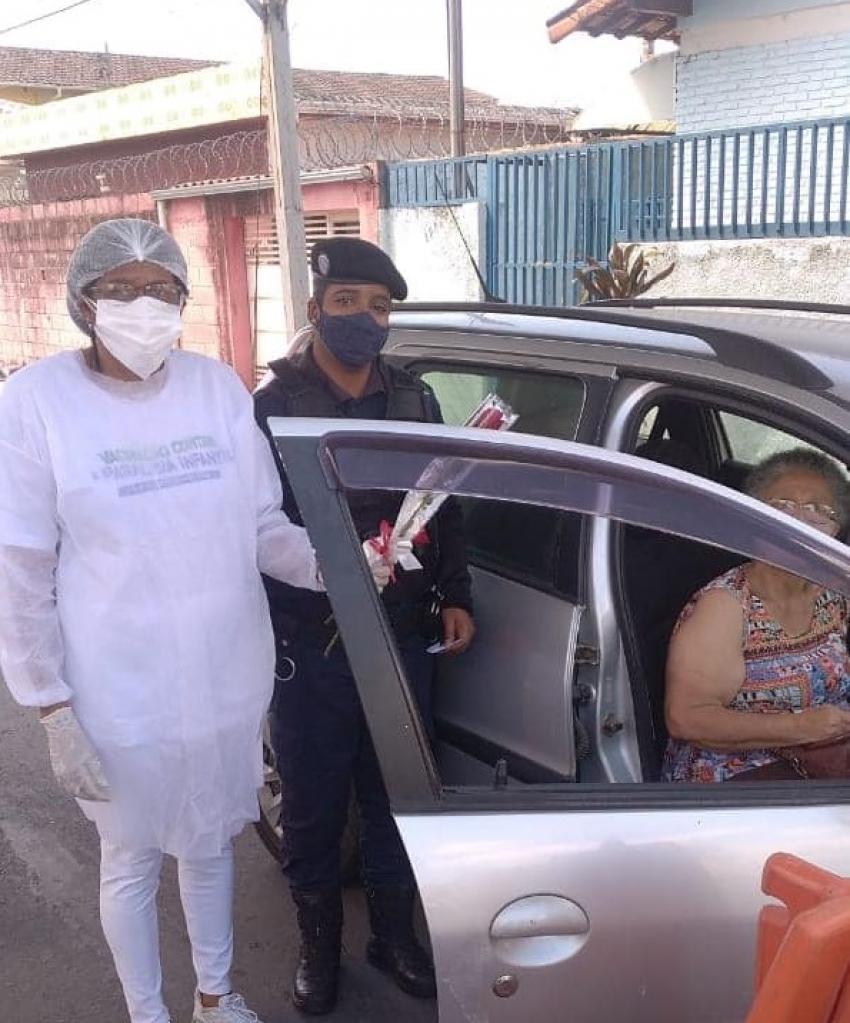 Guardas Municipais recebem homenagem no dia de vacinação contra o Covid